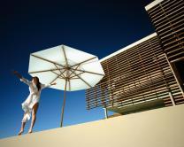 beau parasol bois terrasse piscine