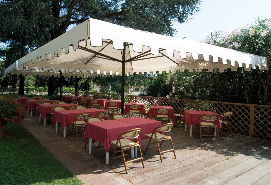 grand parasol pour restaurant et h tel en 5x5 5x6m et. Black Bedroom Furniture Sets. Home Design Ideas