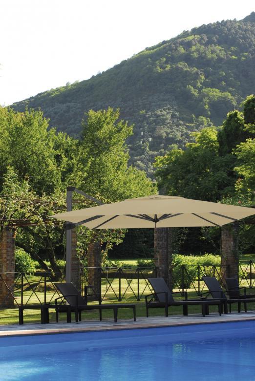 parasol déporté géant pour terrasse et piscine