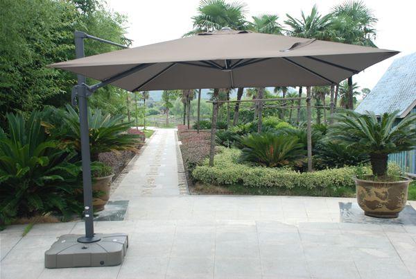Parasol carr d 39 ombre avec mat d port permettant des - Grand parasol de terrasse ...