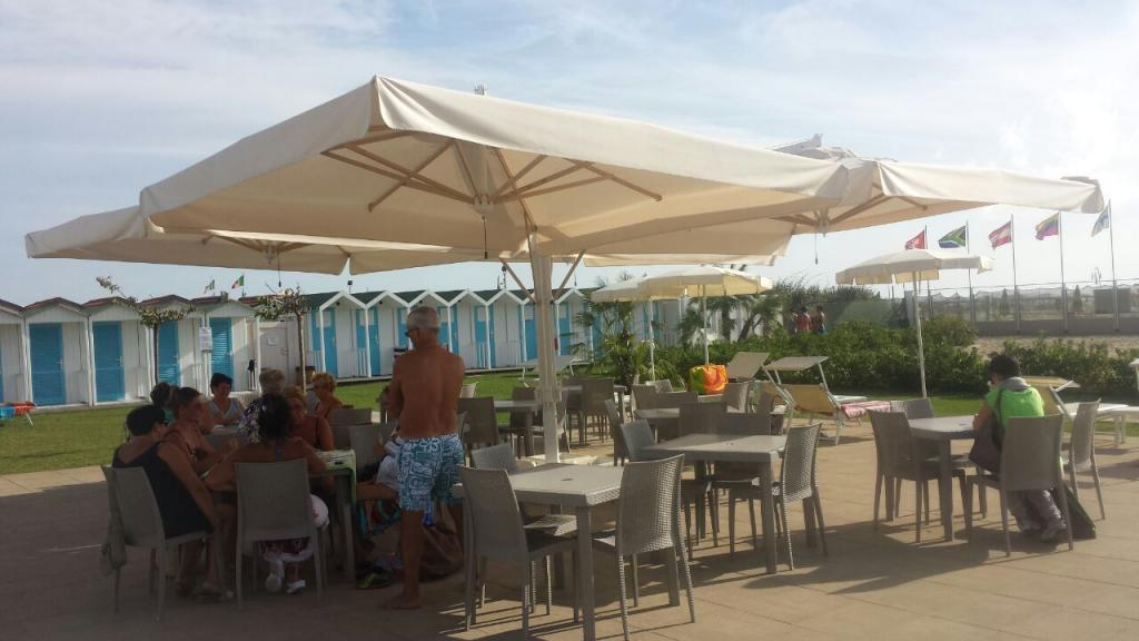 Grand parasol déporté rectangle 8x8m Alu Poker Scolaro SCOLARO