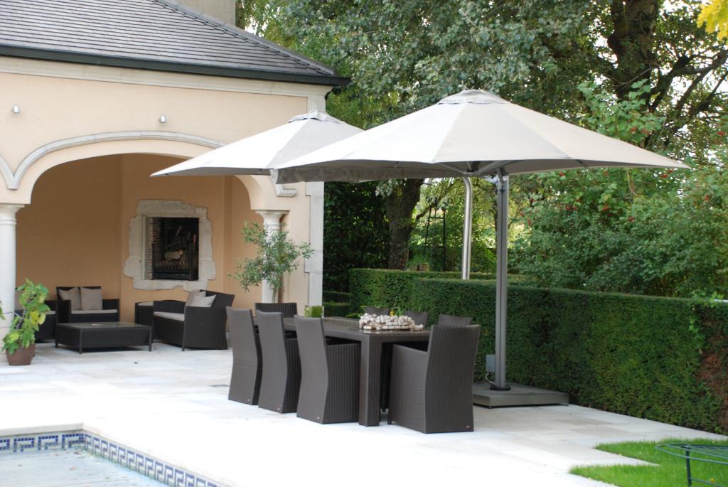 parasol design pour salon de jardin